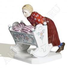 Фигурка «Девочка с колыбелькой»