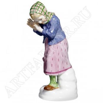 Фигурка «Девочка закрывающаяся от снежка»