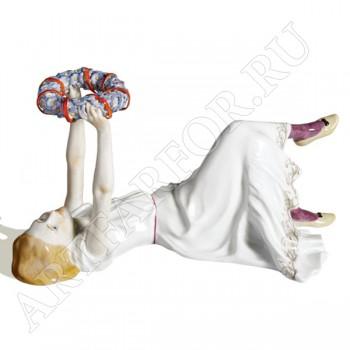 Фигурка «Лежащая девочка с венком»