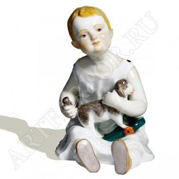 Фигурка «Ребенок с игрушкой овечкой»